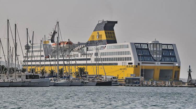 Traghetti e navi per la sardegna tratte prezzi e for Nave sardegna
